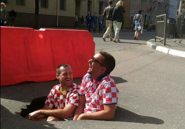 Хорватські вболівальники на ЧС-2018 фотографуються в ямі на дорозі