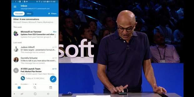 директор майкрософт демонструє свій телефон