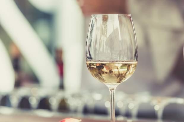 Біле вино впливає на колір зубів