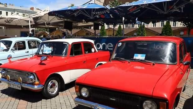 Одесити заполонили Дерибасівську, аби поглянути на ретро-авто