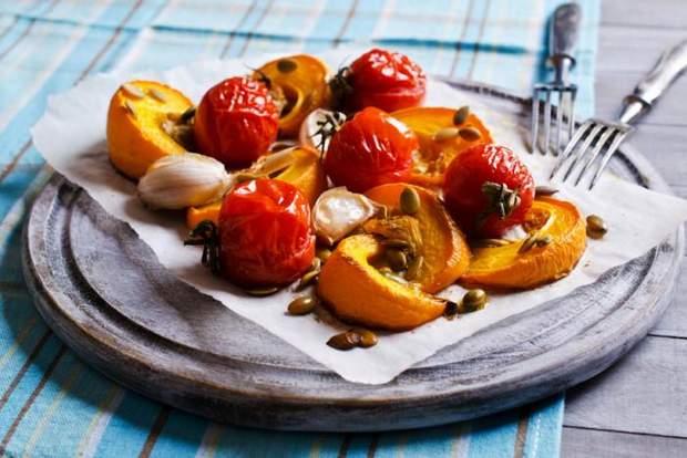 запечений гарбуз з часником і томатами