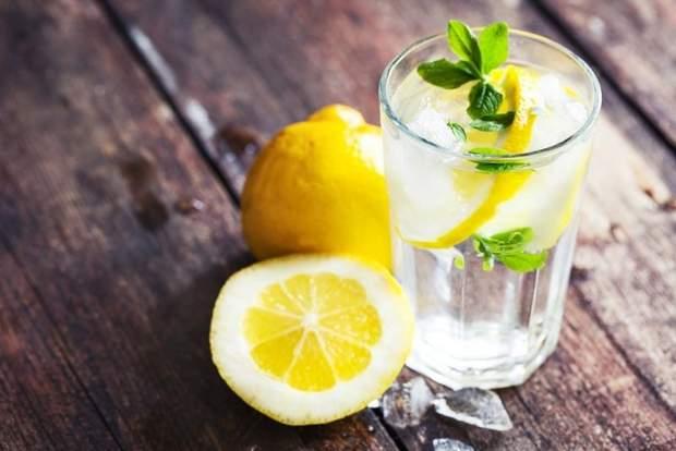 Пийте зелений чай та воду з лимоном