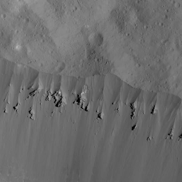 Зсуви по верхній кромці валу кратера Оккатор