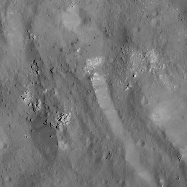 Групи валунів поблизу східної частини валу кратера Оккатор