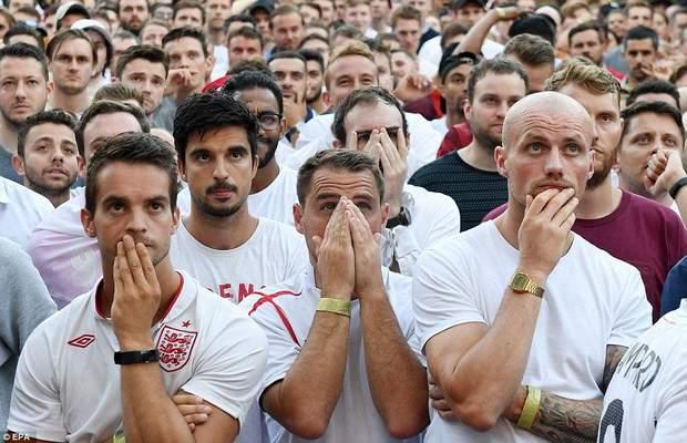 Фани Англії спостерігають за грою між Англією та Хорватією, коли рахунок був 1:1
