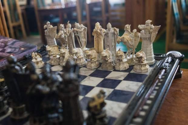 Тут є все  від ірландських шахів до шматочка гори Кіліманджаро – усе це  подарунки колишніх учнів та колег. 4b613ffab478a