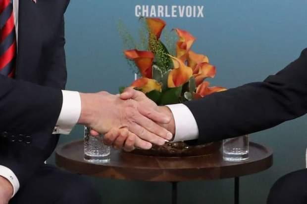 Фотографія руки Макрона, сильно стиснутої Трампом