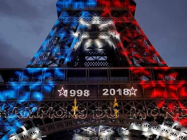 Ейфелева вежа в національних кольорах