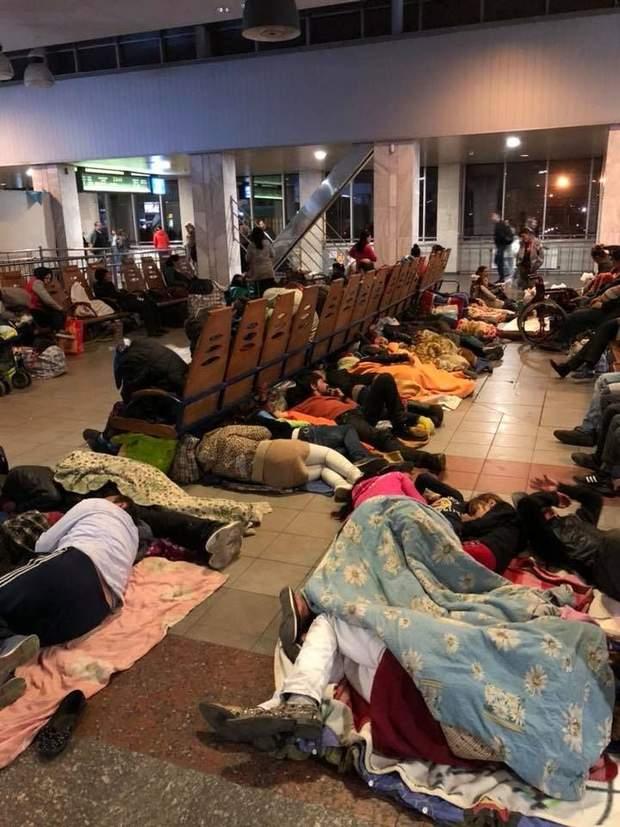 Ромы устроили ночлежку на жд вокзале
