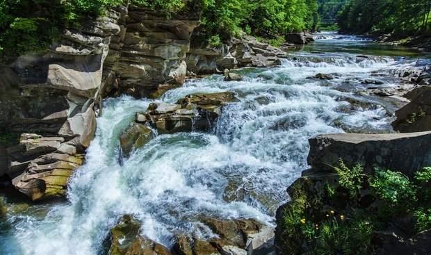 Каскадний водоспад Пробій у Яремчі