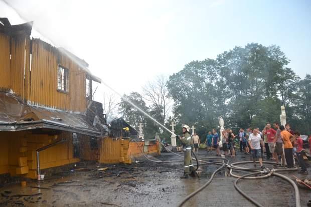На Львівщині загорілася дерев'яна церква