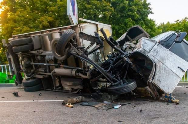 Вантажівка зіткнулася з автомобілем Daewoo Sens