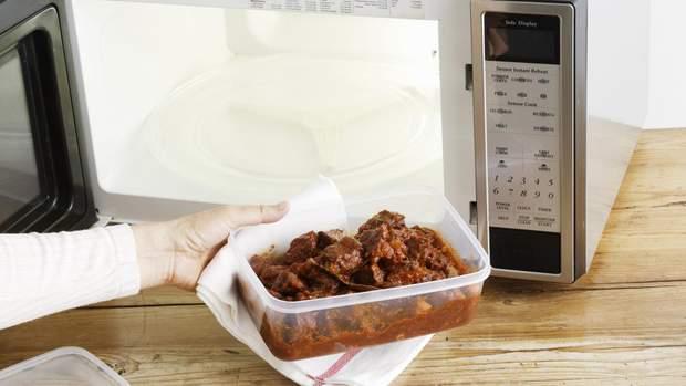 Не розігрівайте їжу у харчових контейнерах