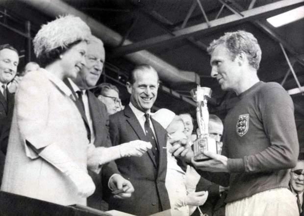 Королева Єлизавета II вручає кубок переможцям ЧС-1966