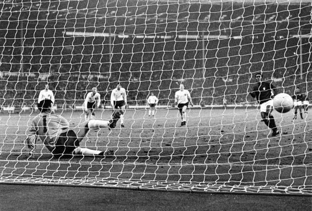 Еусебіо забиває свій черговий гол на ЧС-1966
