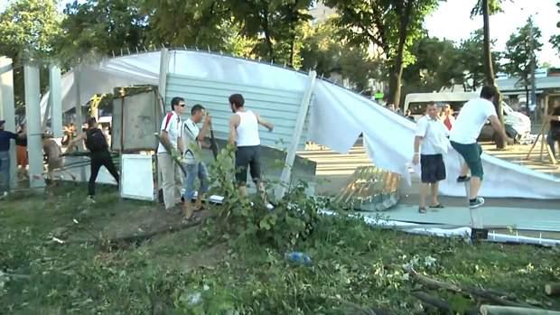 У Запоріжжі мешканці потрощили паркан навколо будівельного майданчика
