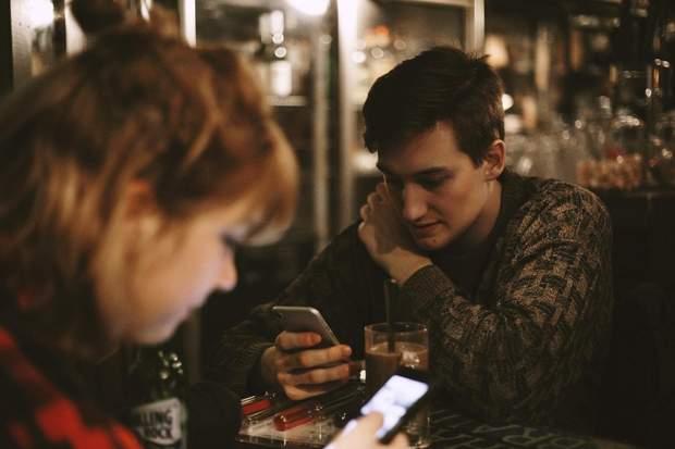 Блакитне світло від телефону може спровокувати сліпоту