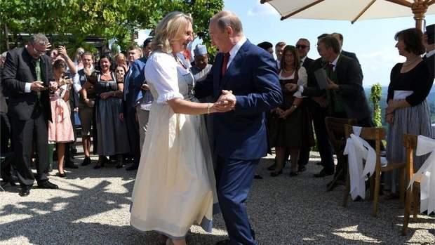 Глава МЗС Австрії Карін Кнайсль продемонструвала, що Путін був почесним гостем на її весіллі