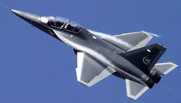 Китайський навчально-бойовий літак Hongdu L-15