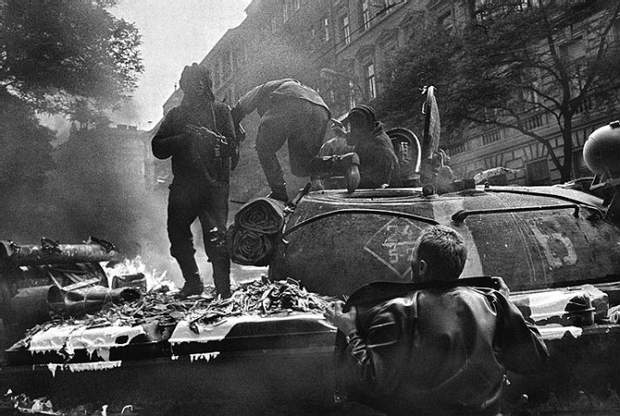 Пражани підходили до радянських танків і намагалися поговорити із солдатами
