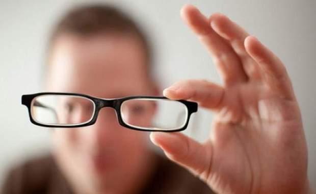Основним симптомом є погіршення зору