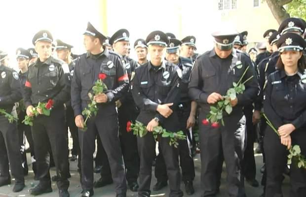 Тисячі правоохоронців попрощалися з загиблим патрульним