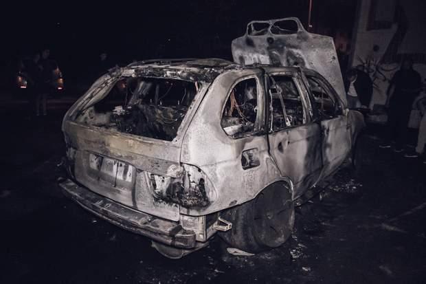 Авто, в який кинули запальну суміш, згорів дотла