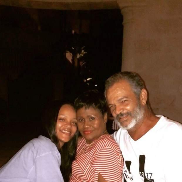 ріанна з батьками