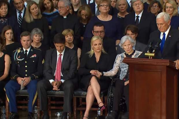 На церемонію прощання прийшла 106-річна мати Маккейна – Роберта