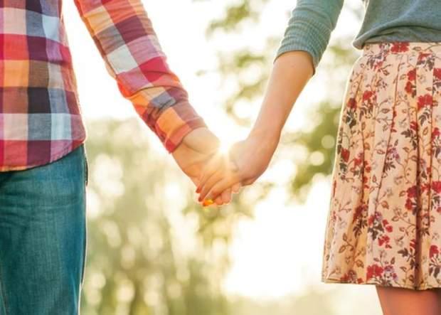 Тримання за руки дає партнерам відчуття безпеки