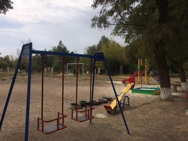 У Мелітополі спорудили дитячий майданчик поблизу цвинтаря