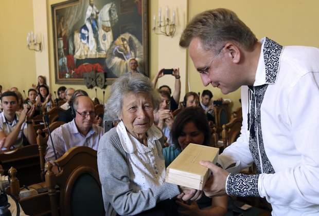 Мер Львова вручає скляний ключ польській письменниці Яніні Хешелес