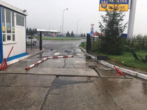 Автомобіль збив шлагбаум на кордоні