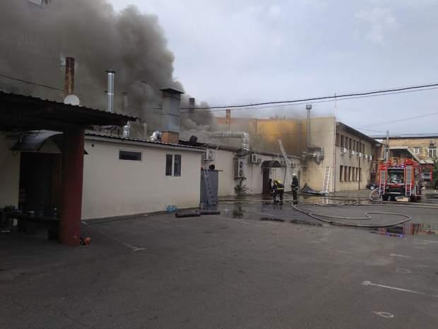 Рятувальники досі гасять пожежу