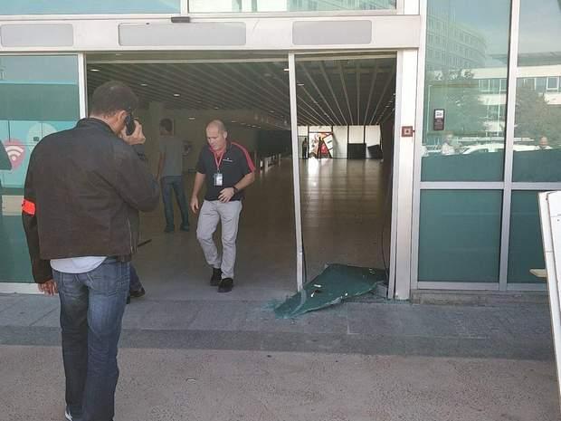 Автомобіль розбив скляні двері в аеропорту