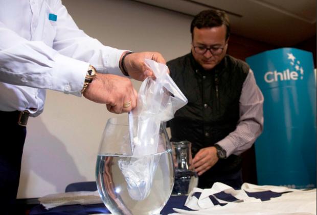 Чилійські вчені створили пластикові пакети, що розчиняються у воді