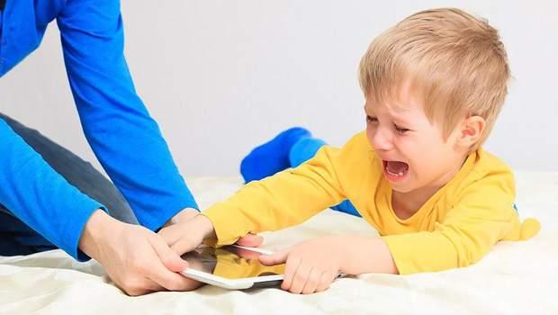 Слідкуйте, аби малюк не проводив занадто багато часу за ґаджетом