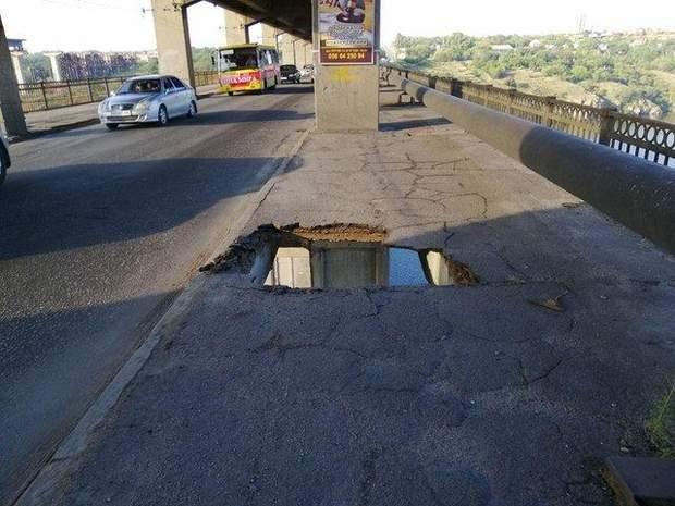 Дірка на мосту Преображенського в Запоріжжі