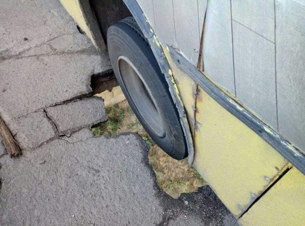 Автобус застряг у наскрізній дірці в мосту у Запоріжжі