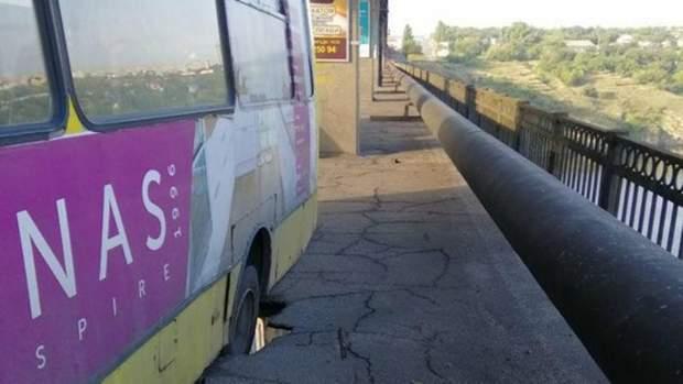 Автобус застряг у наскрізній дірці