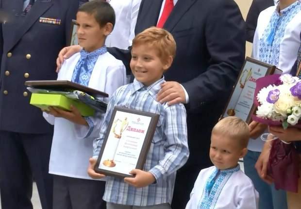 Львів'янин Володимир Соловйов ( в центрі)