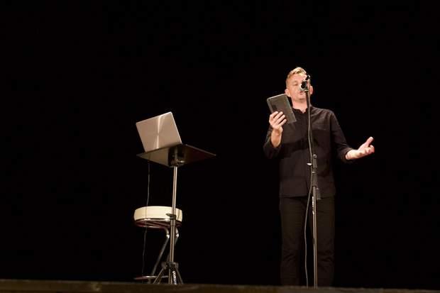 Сергій Жадан на сцені