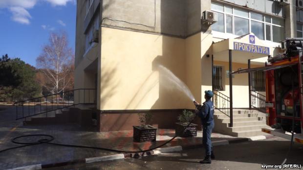 Как в Армянске пытаются убрать последствия химических выбросов