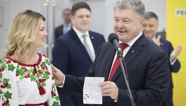 Порошенко вручив 10-мільйонний біометричний паспорт