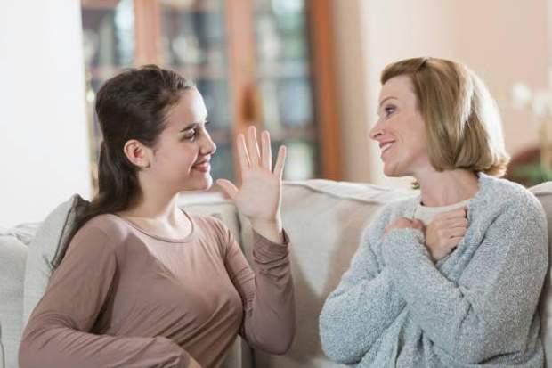 Люди з порушенням слуху в Україні спілкуються українською жестовою мовою (УЖМ).