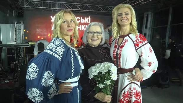 Модельєрка Олександра Теліженко з учасницями показу