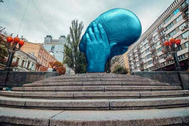 В соцмережі з'являються меми з приводу синьої руки