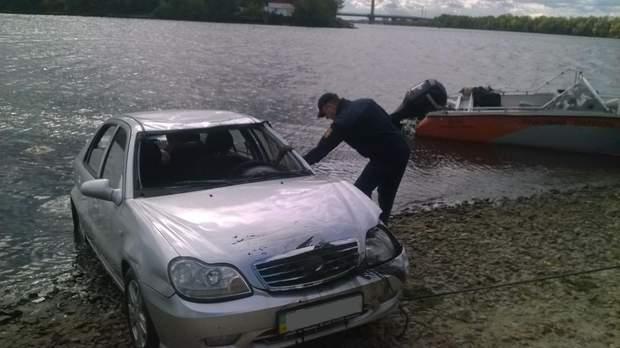 У Києві в Дніпро впав автомобіль