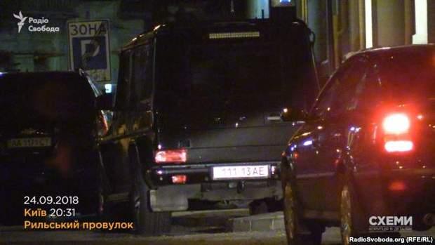 На Тимошенко чекала автівка біля заїзду в закритий двір елітного будинку