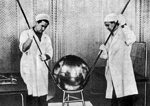 перший супутник землі